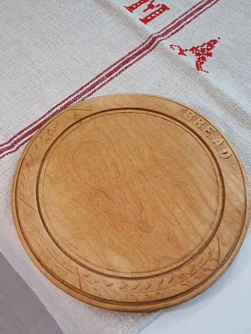 Vintage (1930/40's) round wooden sycamore Bread Board in lovely condition